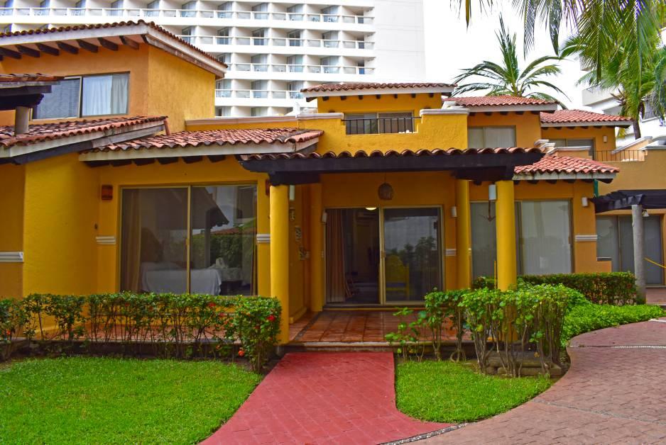 Renta de Bungalows Vacacionales de 3 recámaras en Ixtapa Zihuatanejo, al interior del Hotel Tesoro Ixtapa, vista al mar garantizada, con acceso a la Playa El Palmar Ixtapa y con alberca | Enna Inn Ixtapa